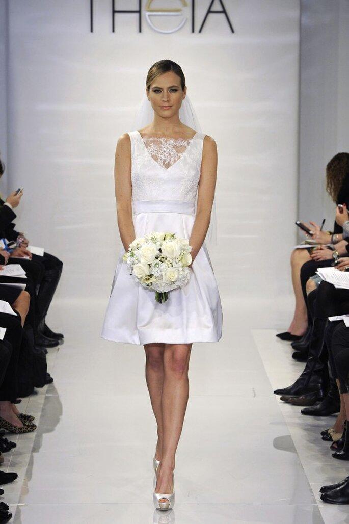 Vestido de novia corto ultra femenino con escote uve ilusión, tirantes gruesos y falda amplia - Foto Theia