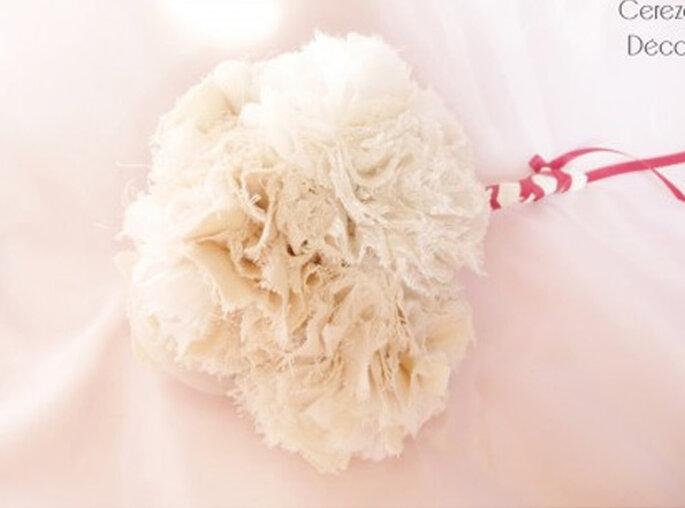 Bouquet de mariée rétro ivoire et blanc, fleur : orchidée - Photo : Cereza sur la déco