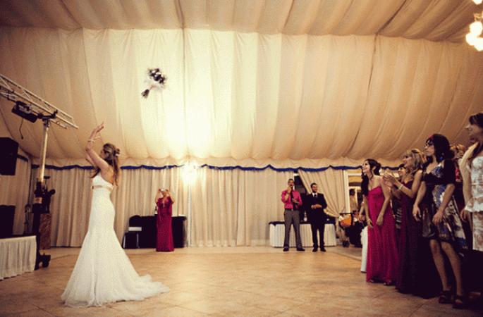 Brautstrauss werfen oder lieber behalten? Foto: Fran attitudefotografia.com