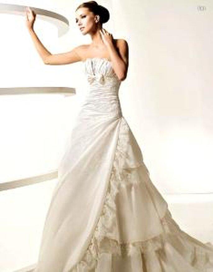 La Sposa 2010 - Les,vestido largo en sedas y tules, con fruncido lateral, corte princesa