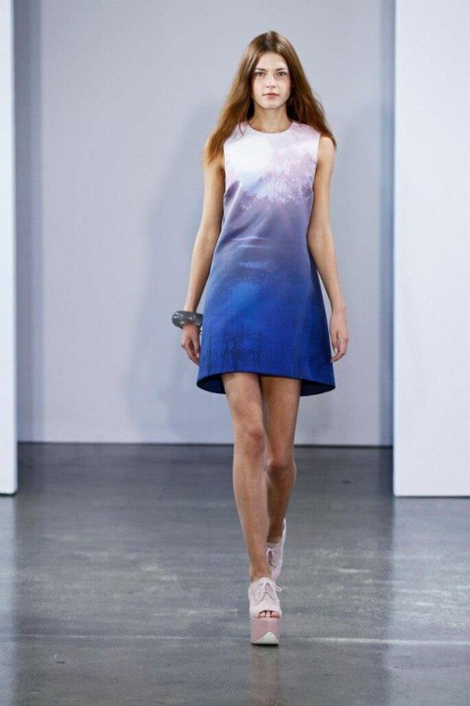 Vestido de fiesta corto en colores azul con tendencia degradé - Foto Victoria Victoria Beckham