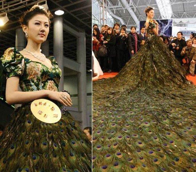 Vestido de novia hecho con plumas de pavo real