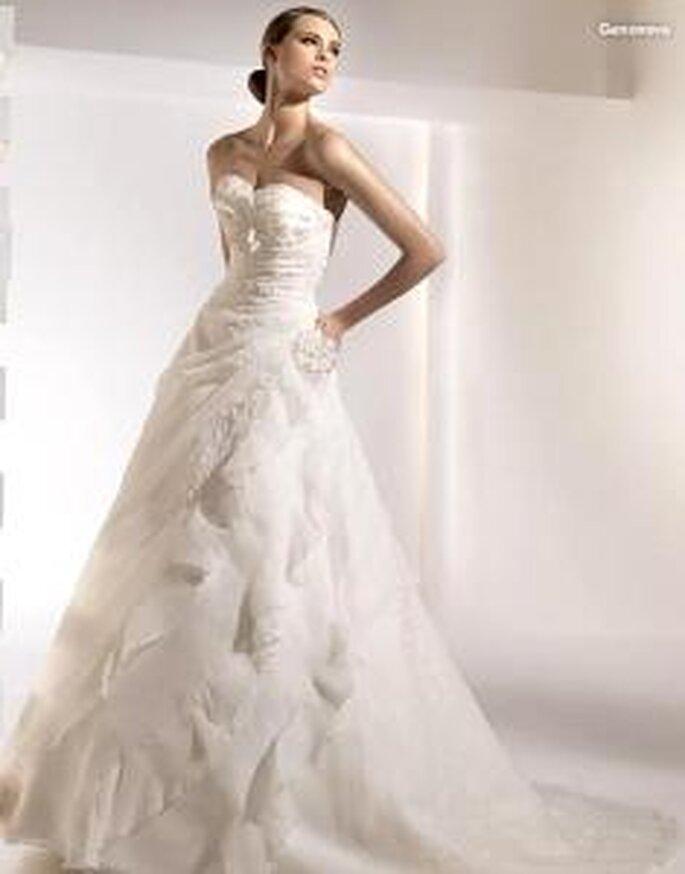 Pronovias 2010 - Genoveva, vestido largo de líneas diagonales, bordados, escote en forma de corazón