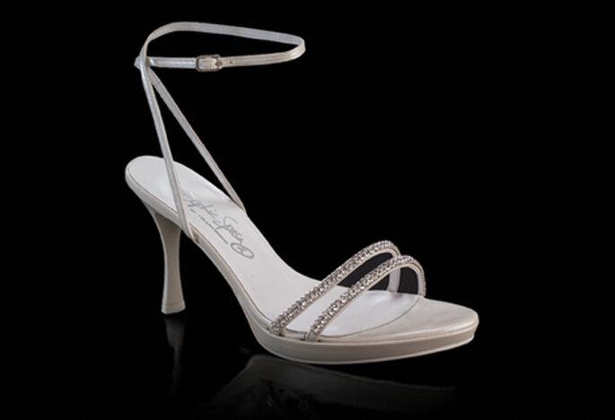 Sandalia para novia modelo Dionne by Francesco. Con hebilla al tobillo, taco estilo chupete de 9 cm