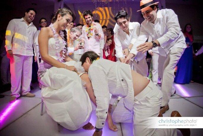 El momento más deseado por los solteros, la liga de la novia. Foto: christopheweddingphoto.com
