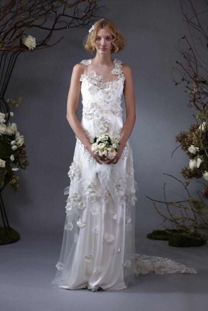 Vestido de novia con apliques de flores y cauda larga - Foto Elizabeth Fillmore