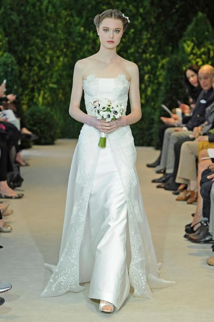 Vestido de novia con escote strapless y cauda superpuesta confeccionada en encaje - Foto Carolina Herrera