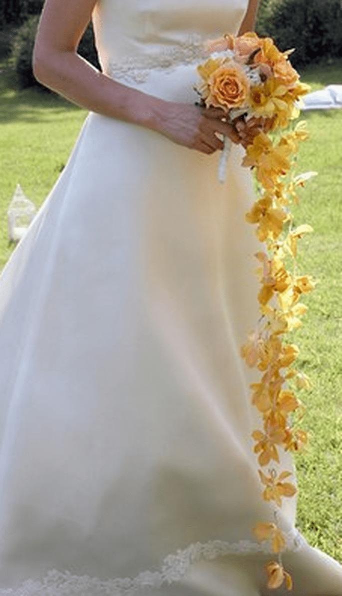 Bouquet a cascata con rose, ortensie ed orchidea arancio