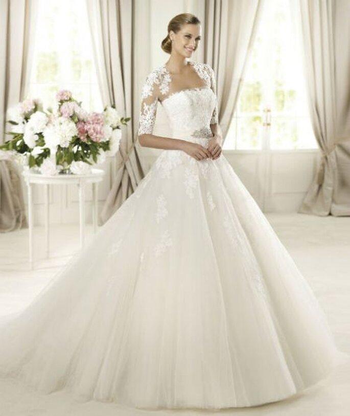 Vestido de novia largo corte princesa con escote strapless y cauda - Foto Pronovias
