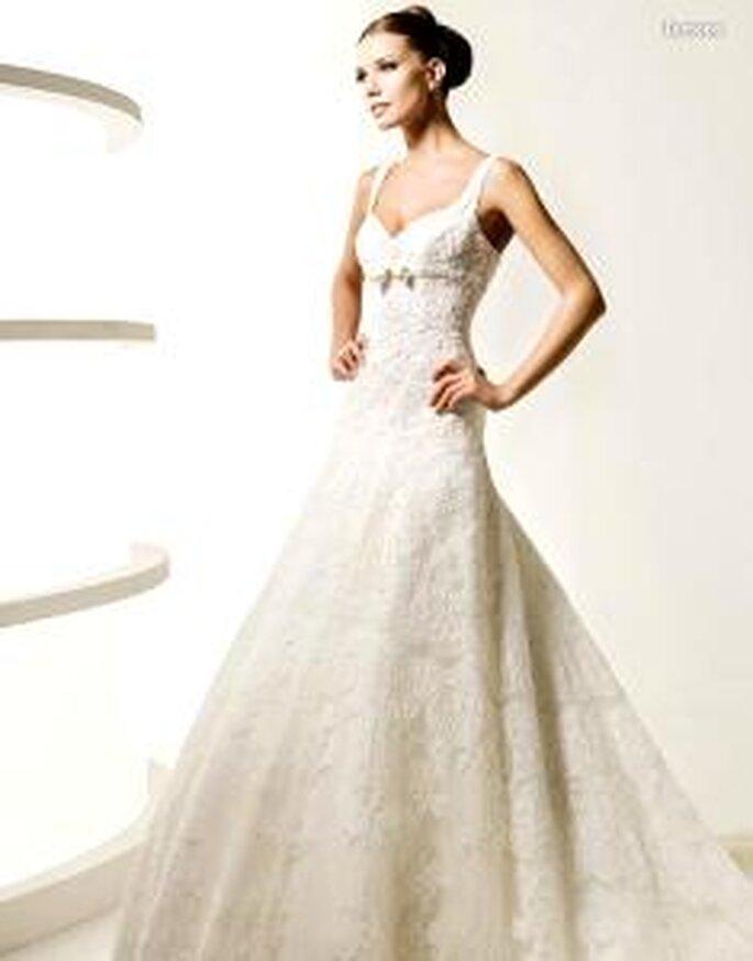La Sposa 2010 - Lemona, vestido largo de corte princesa, en encaje, escote en forma de corazón, con detalle lazado bajo el busto