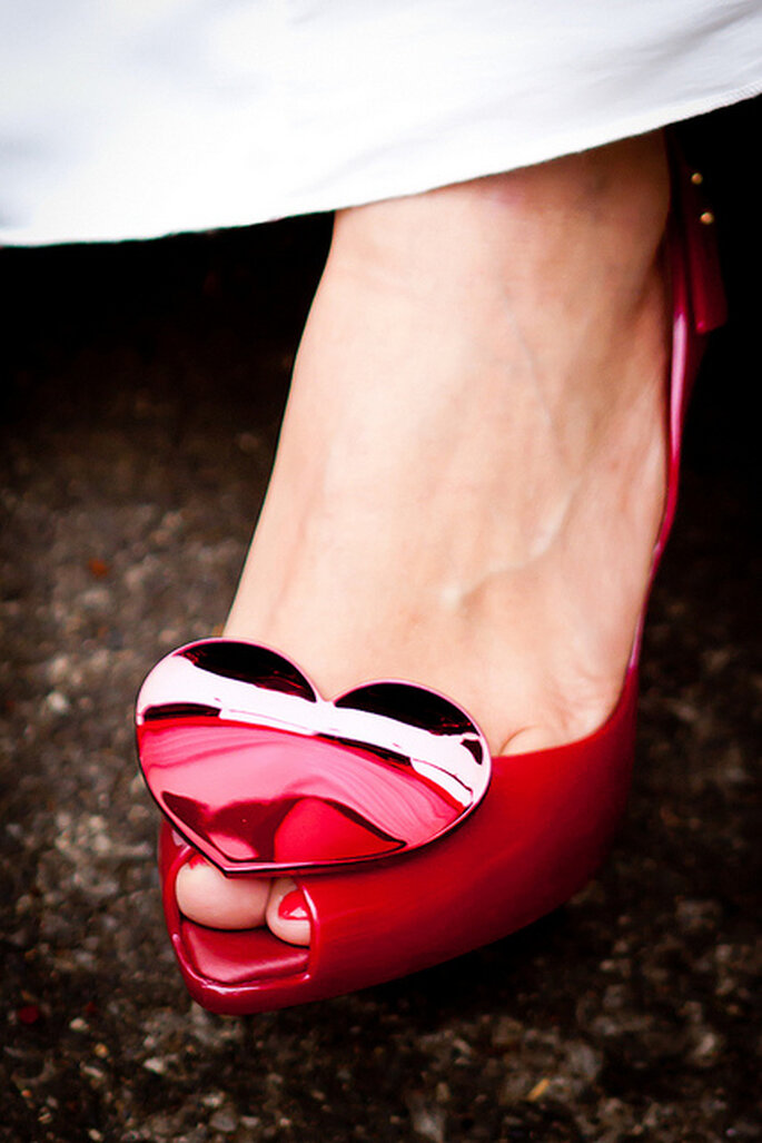 Zapatos con aplique de corazón. Foto: Duan HUA