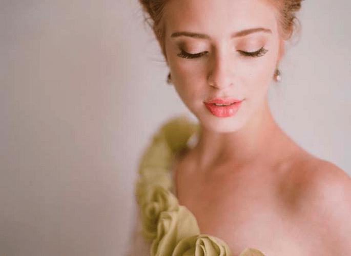Labios naturales con lipstick en color durazno - foto Elizabeth Messina