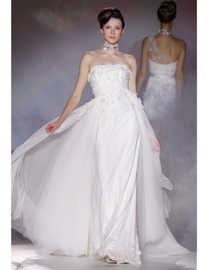 Brautkleid von Novia d'Art aus der Kollektion 2012 mit zahlreichen Blütenapplikationen.