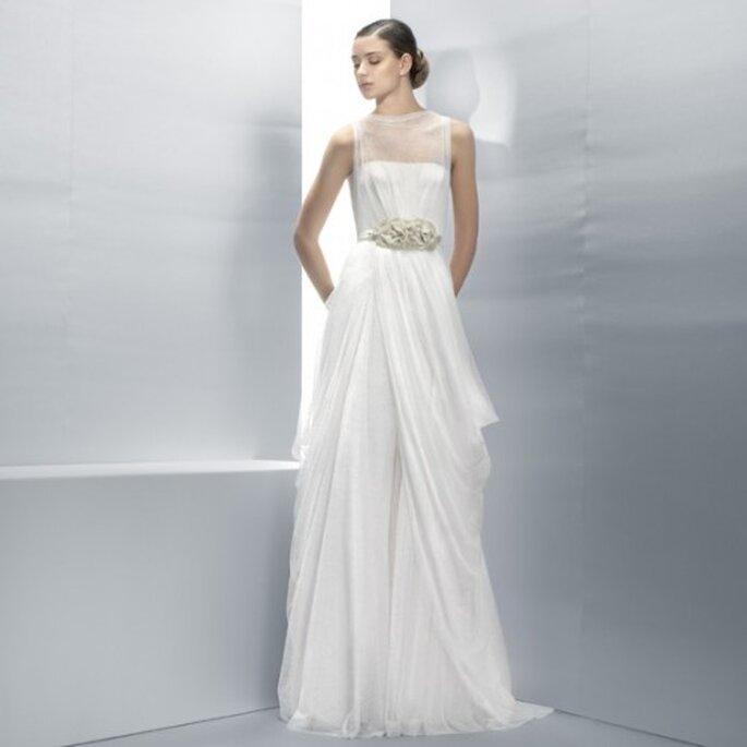 Vestido de novia 2013 con cinturón de pedrería y sin mangas - Foto Jesús Peiró