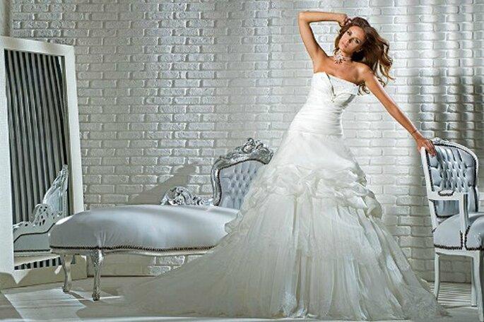 Abito senza spalline con corpetto con cerniera sul seno, gonna a balze con bordatura in pizzo. Gritti Spose 2013. Foto My Style s.r.l.