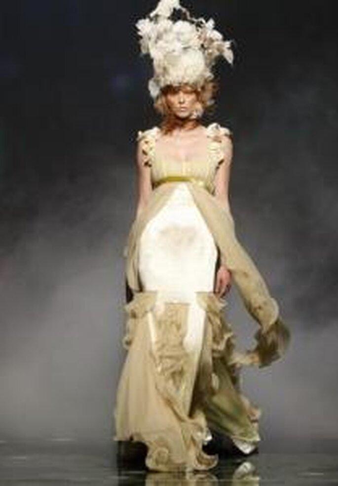 Victorio & Lucchino 2010 - Vestido largo en gasas, de corte imperio, escote ovalado, volantes varios