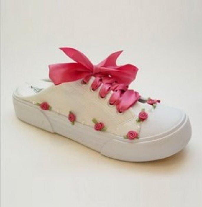 Si, si señoras: zapatillas, tennis o championes nupciales semidescalzos con apliques de rosas y acordonado en fucsia