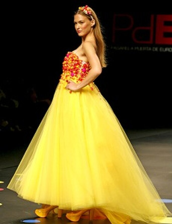 Agatha Ruiz de la Prada - Vestido largo en gasa, corte princesa, corpiño colorido, palabra de honor