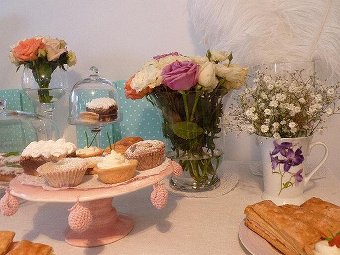 Combina floreros diferentes en los centros de mesa. Foto: Celebraciones Zankyou