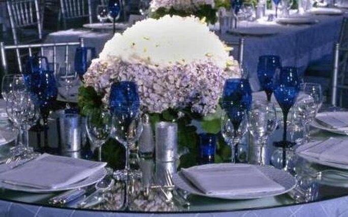 El detalle de copas azules en combinación con el blanco.