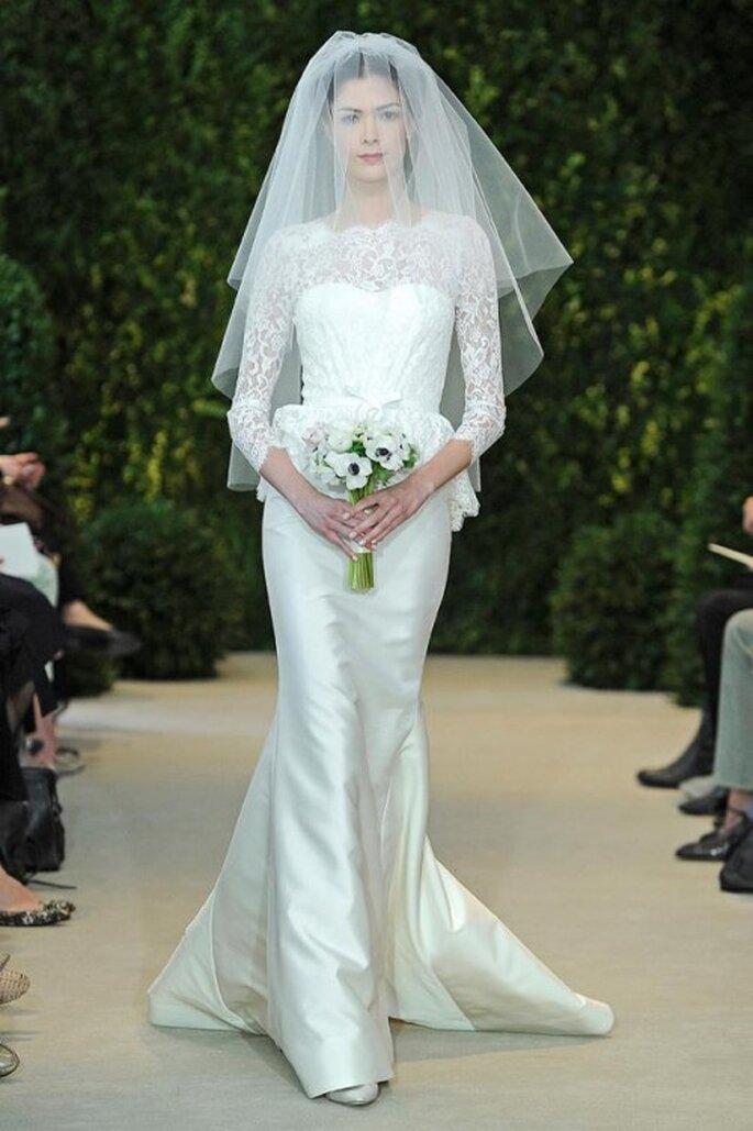 Vestido de novia con manga larga, escote ilusión y cauda - Foto Carolina Herrera