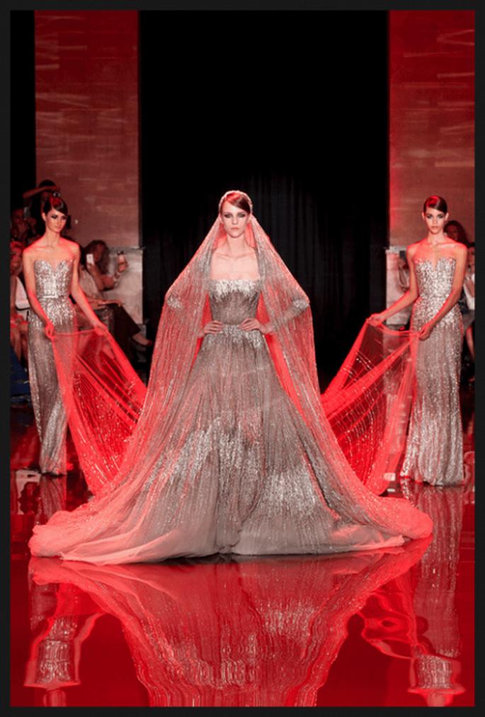 Vestido de novia alta costura en color metalizado con cauda catedral - Foto Elie Saab