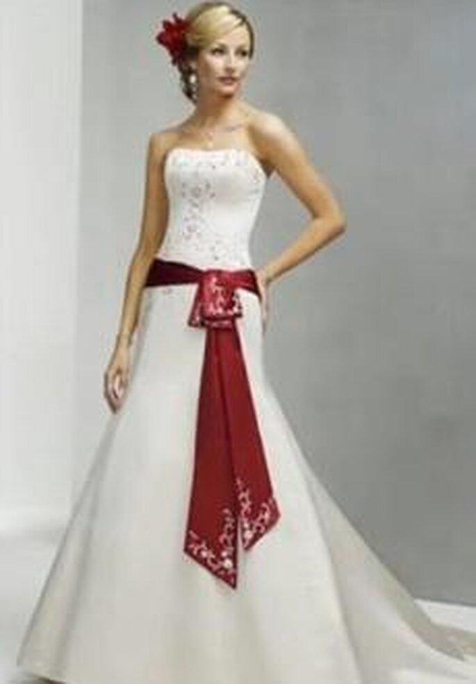 Bonmarier 2010 - Vestido largo de corte princesa, cinturón rojo, escote bañera con brillantes