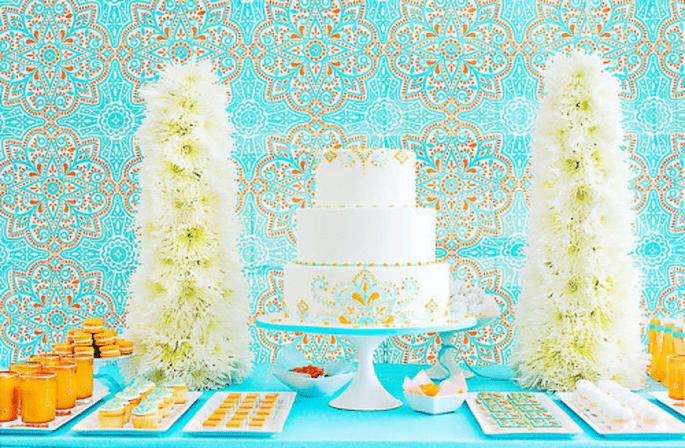 Decoración para mesa de postres en color azul turquesa y naranja - Foto Amy Atlas