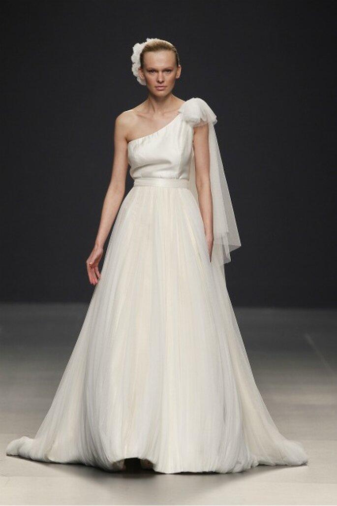 Vestido de novia Paula Del Vas 2012 con un hombro al aire y cinturas que estilizan la figura de la mujer - Ugo Camera / Ifema