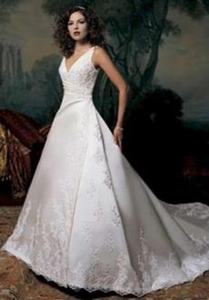 Bonmarier 2010 - Vestido largo de corte princesa, escote en V, fruncido lateral, seda y organza bordadas