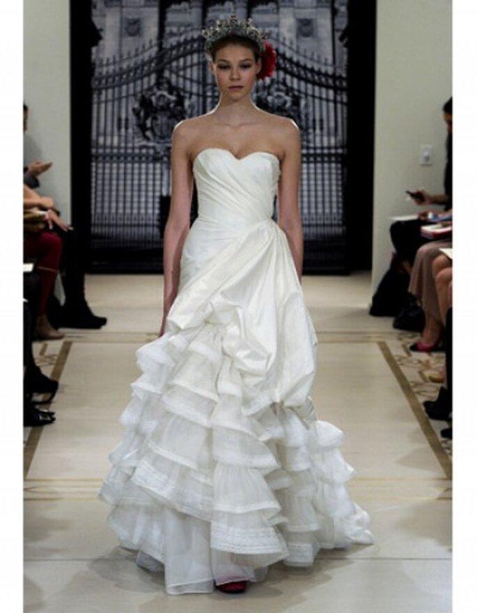 Vestido de novia en seda de marfil y falda en volantes con escote palabra de honor