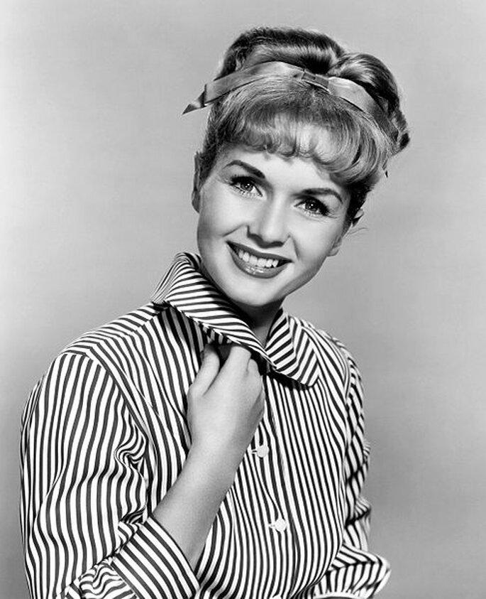 Debbie Reynolds y su delicado peinado.