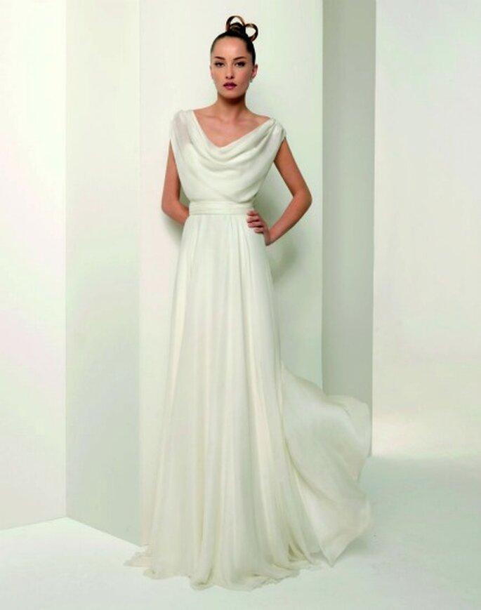 Vestido sencillo con una sutil inspiración griega. Foto: Jesús del Pozo