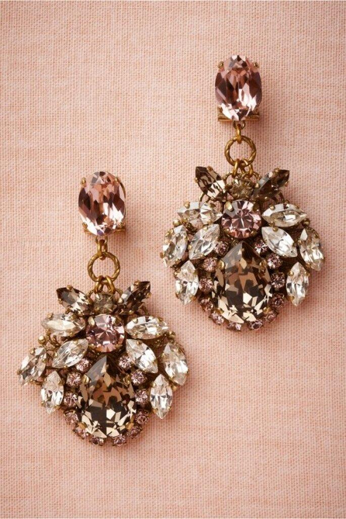 Aretes de diamantes y piedras preciosas para el look de la mamá de la novia - Foto BHLDN