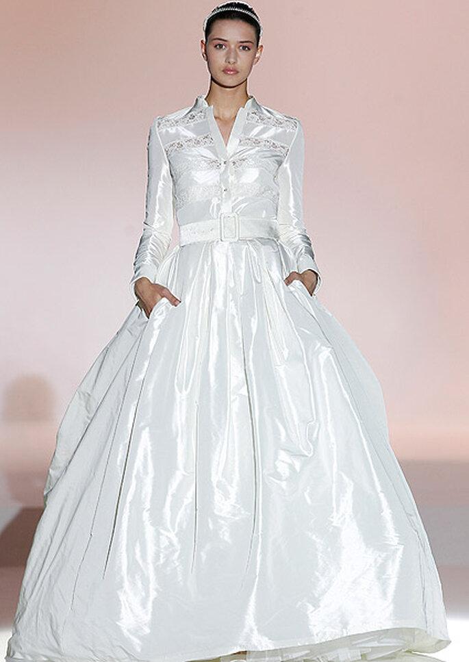 Vestido de novia con detalles en el pecho, de Rosa Clará. Fotos: Barcelona Bridal Week