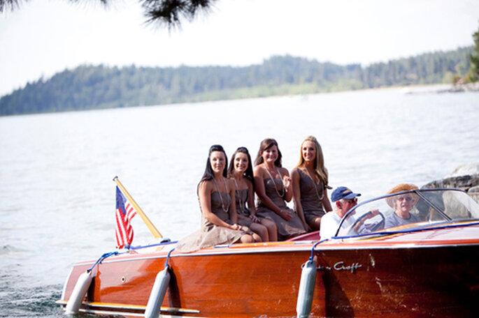 Le damigelle fanno il loro arrivo su di una barca a motore. Foto: Yasmin Khajavi Photography