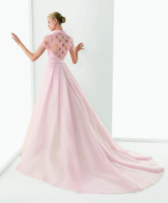 Vestido de novia en color rosa con encaje en la espalda - Foto Rosa Clará