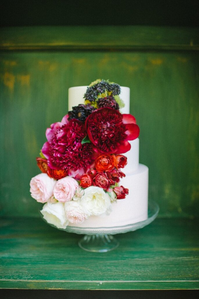 Rojo en contraste, un detalle perfecto en tu pastel de bodas - foto Shea Christine Photography