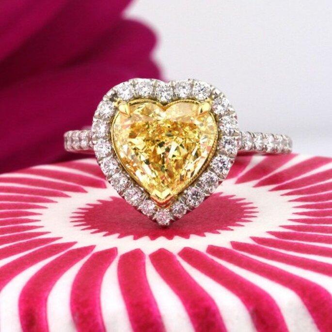 Anillo de compromiso con forma de corazón y diamante amarillo - Foto Mark Broumand