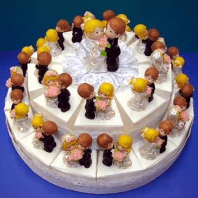 Torta Bomboniera con sposi con mazzo rose