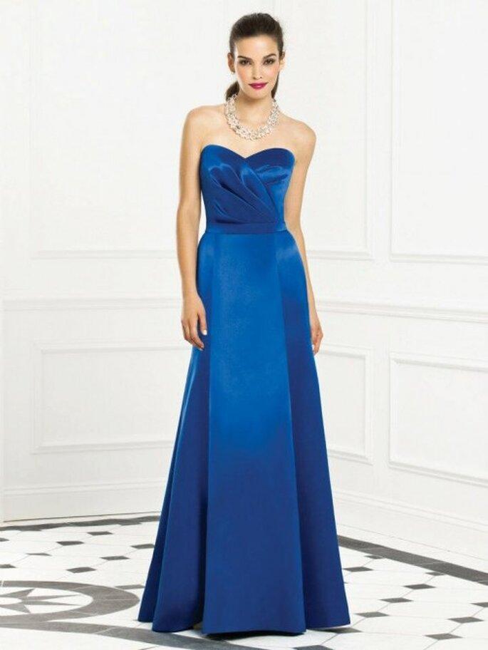 Vestido para dama de boda en color azul rey con escote strapless corazón - Foto Dessy