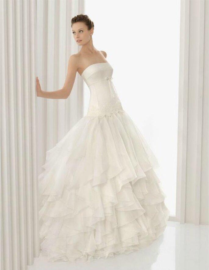 Linee semplici e pulite per questo abito di Rosa Clarà Collezione 2012 Mod.Araba Foto www.rosaclara.es