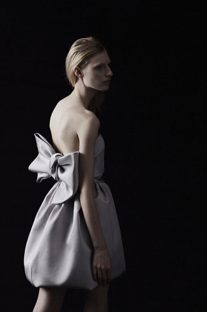 Vestido de novia con falda estilo globo, escote palabra de honor y encantador moño en la espalda - Foto Lanvin