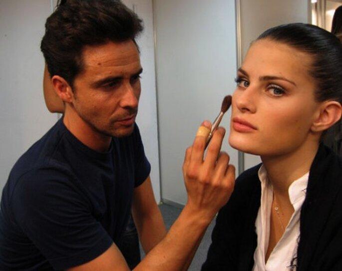 Moncho maquillando a la top model Isabeli Fontana