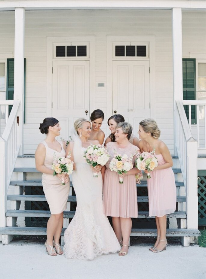 Vestidos en colores neutros para tus damas de boda - Foto Jessica Lorren Photography
