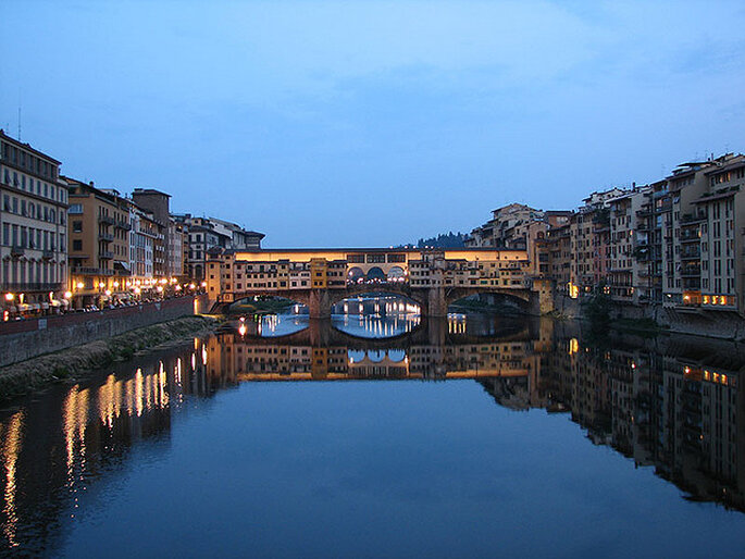 Vista nocturna del Ponte Vecchio, en Florencia. Foto: Flickr - Isaac Bordas