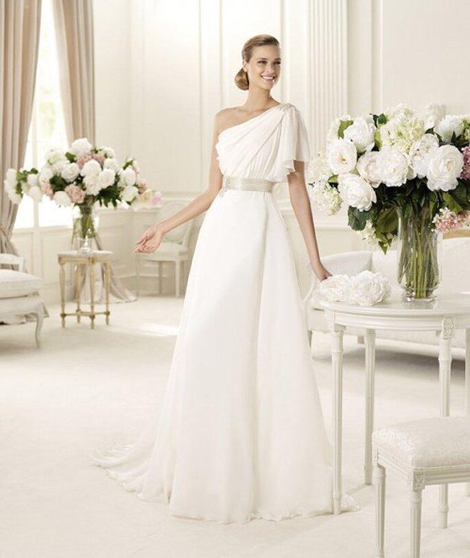 Vestido de novia liso de un hombro - Foto Pronovias 2013
