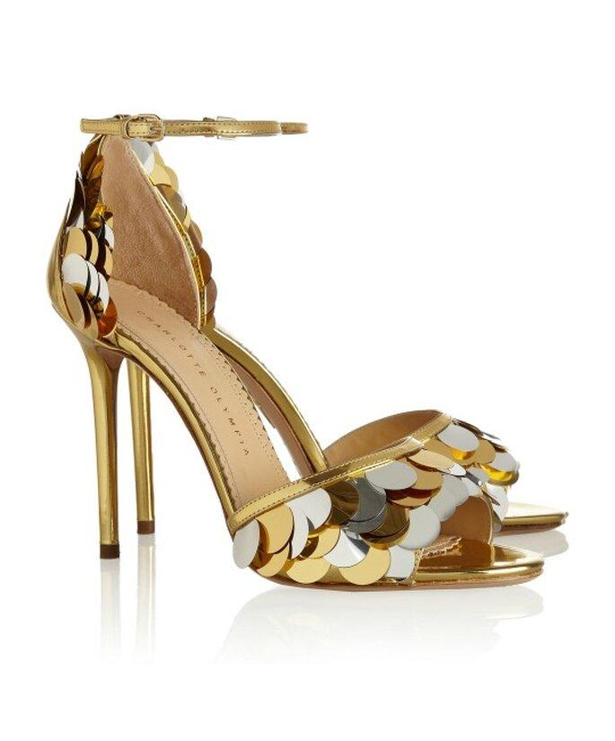 Sandalias doradas de Charlotte Olympia. Foto-net-a-porter