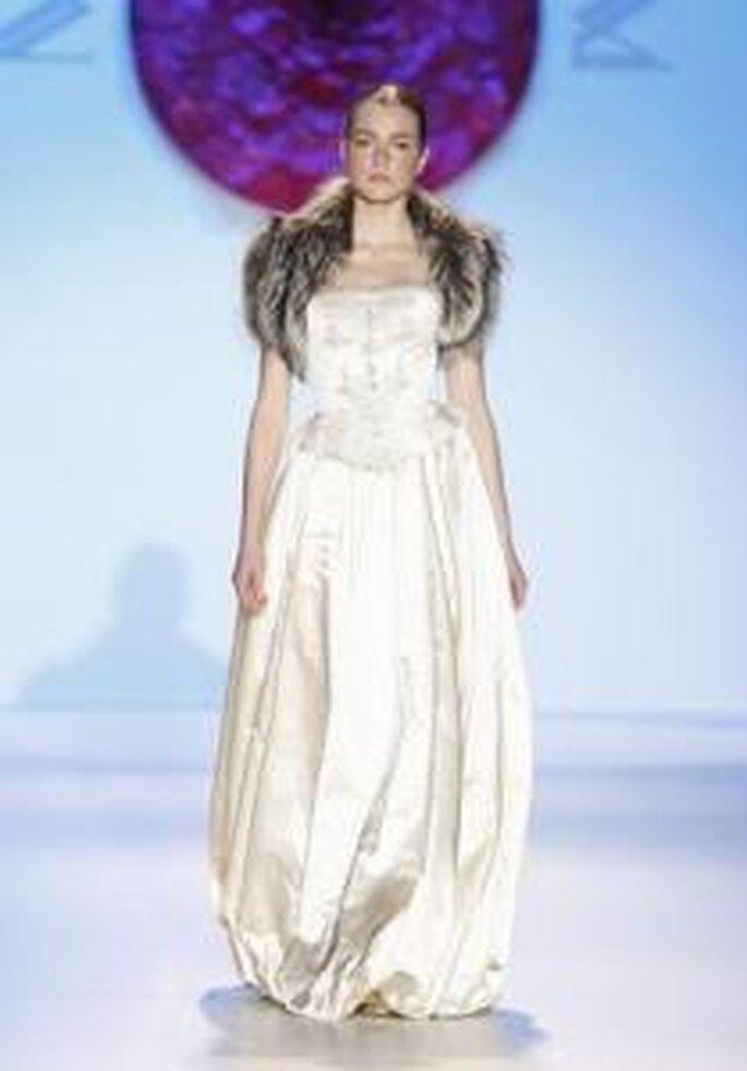 Model Novias 2010 - Vestido largo de busto ajustado y falda floja, fruncida en los bajos, detalle de cuello en piel artificial