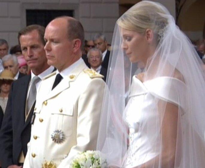 Charlene Wittstock se casa con el Príncipe Alberto II de Mónaco, vestida de Giorgio Armani